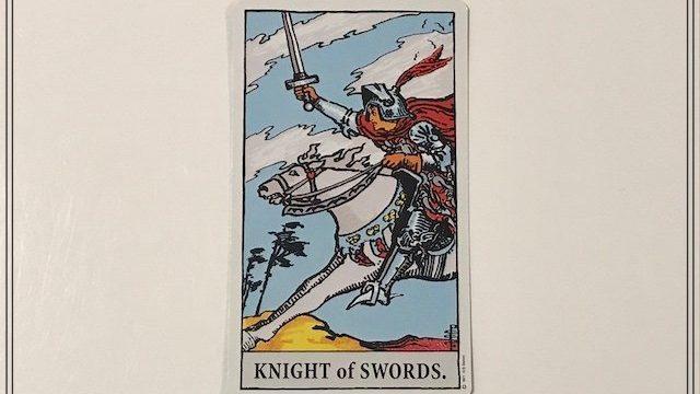 タロットカード【ソード(剣)のナイト】の意味とは|正位置・逆位置・恋愛・仕事
